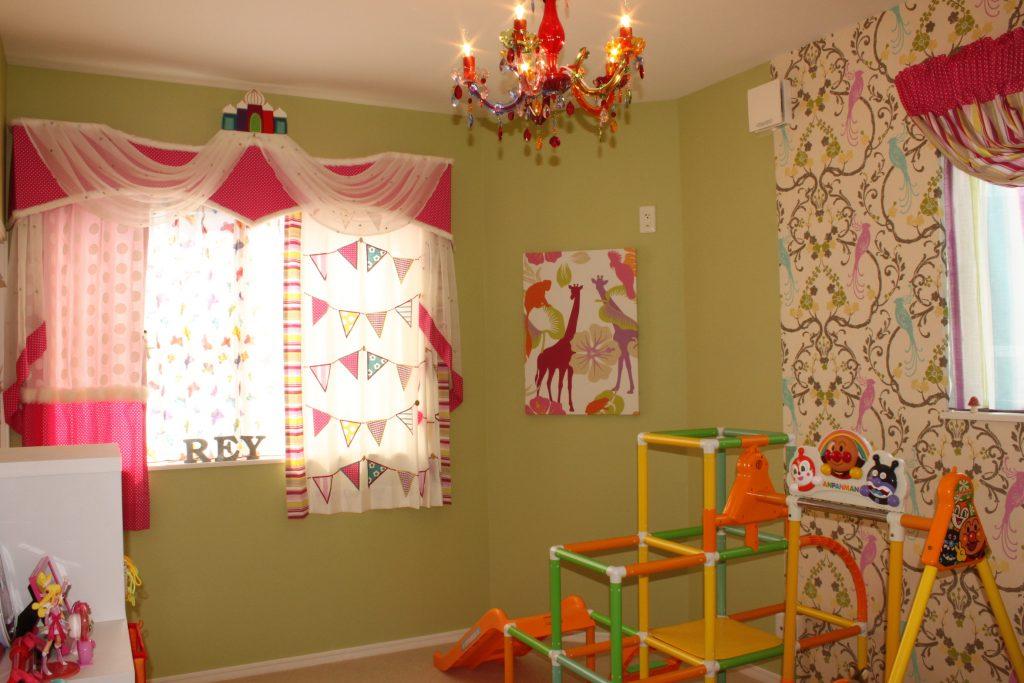 キッズルームのカーテンと輸入壁紙