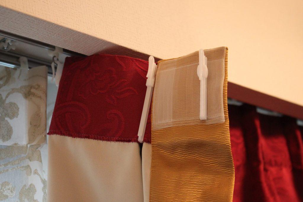 赤い輸入カーテン