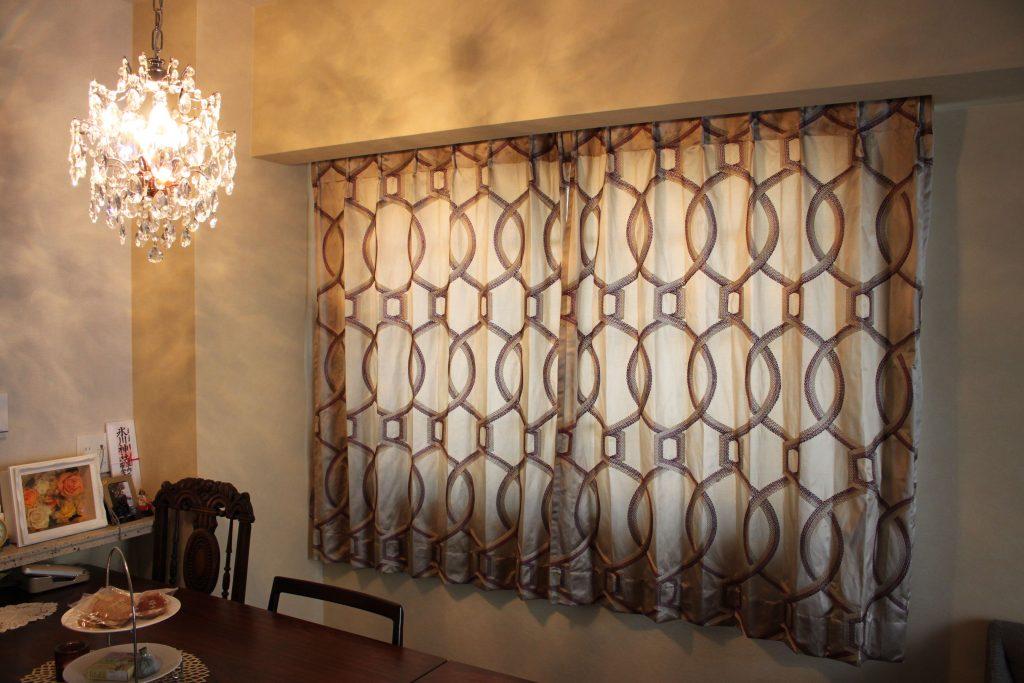 幾何学柄の刺繍のカーテン