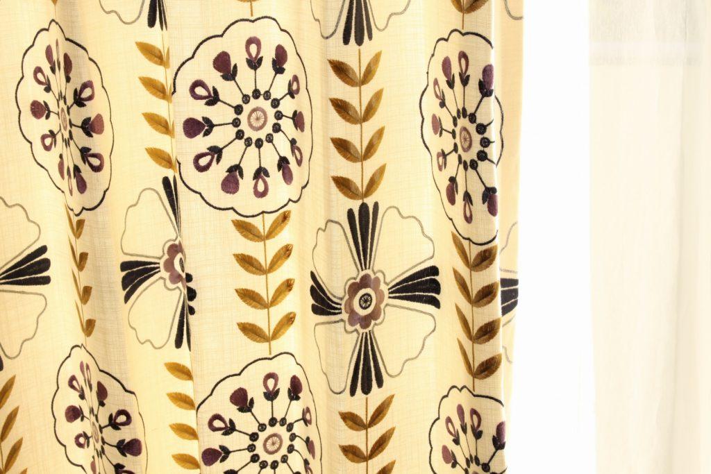 刺繍のカーテン