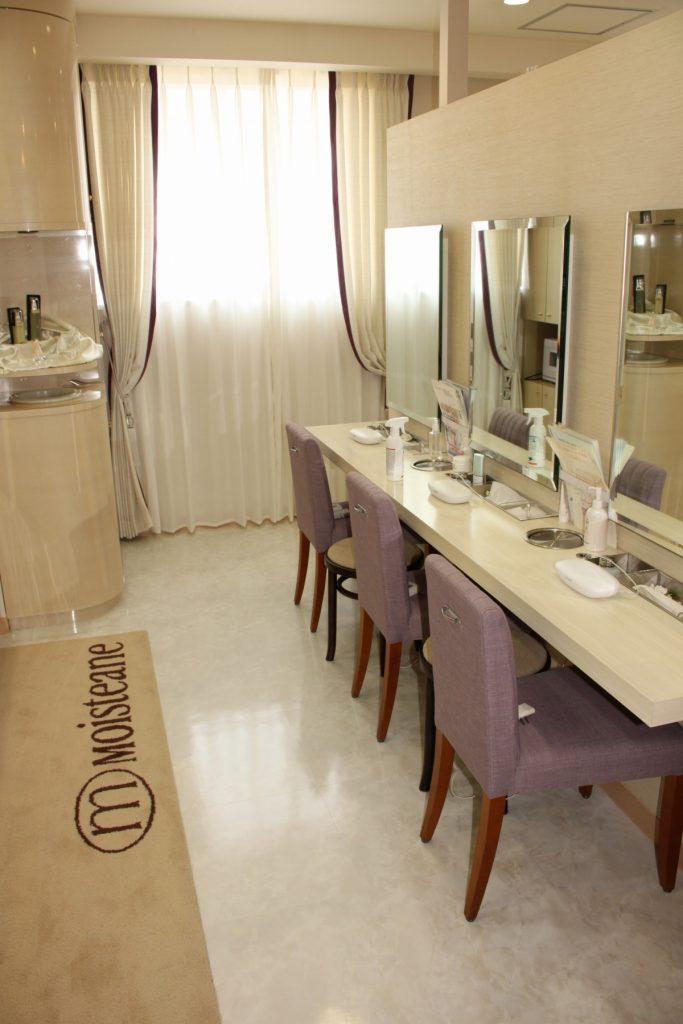 紫の椅子張り